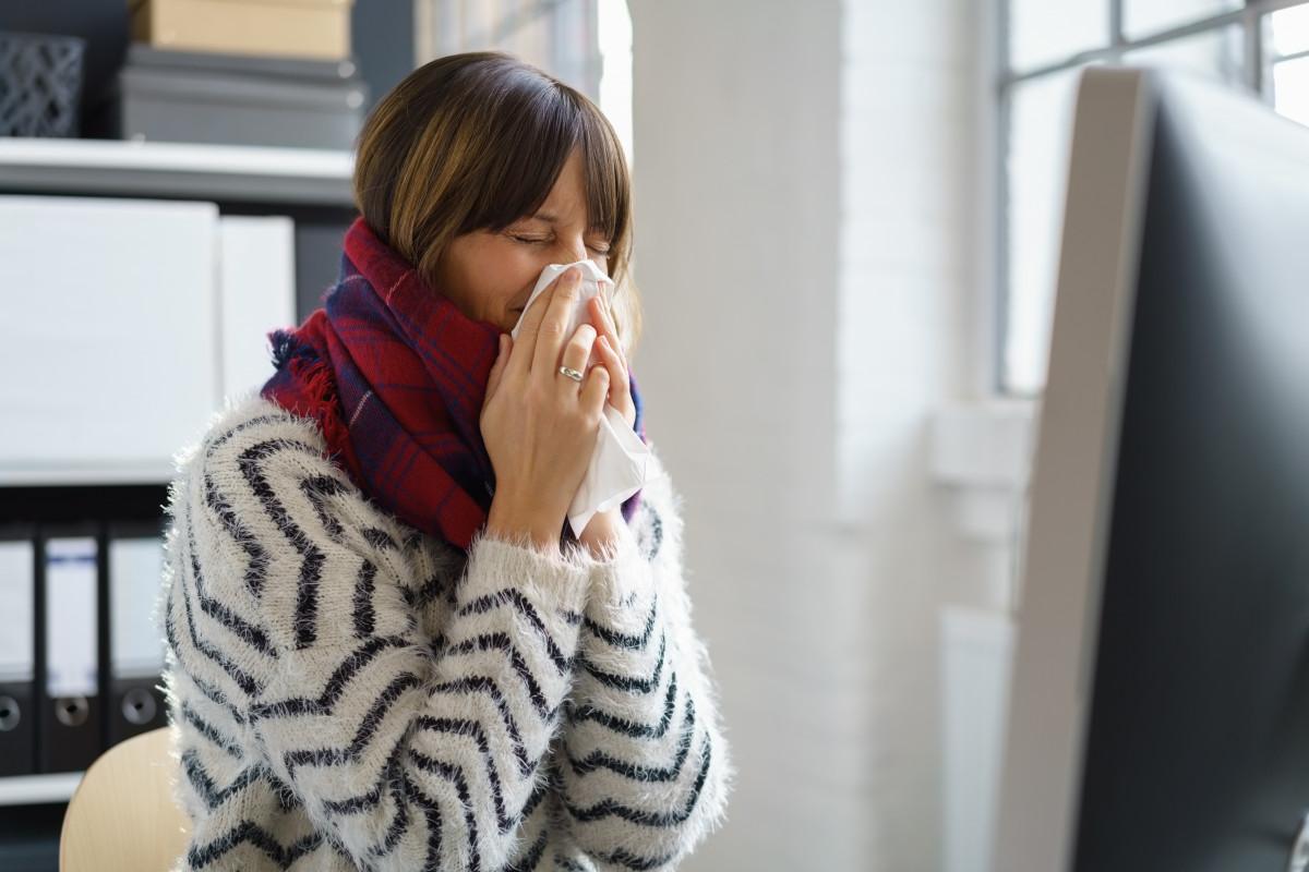 Schnupfen-Alarm im Büro: Diese Tipps helfen