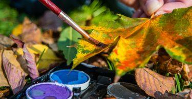 Mit Kindern im Herbst basteln: Bastelideen mit Herbstlaub