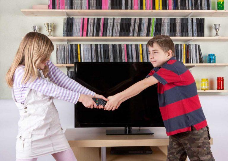 Sollten Eltern bei Geschwisterstreit eingreifen?