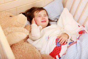 Ohrenschmerzen bei Kindern: Der Zwiebelwickel hilft!