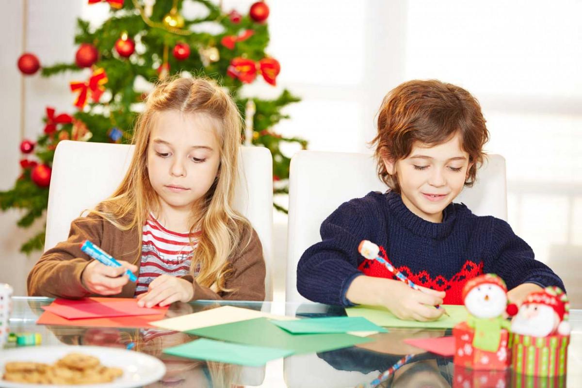 Glänzende Weihnachtsdekoration basteln mit Kindern