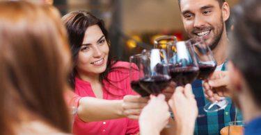 Zeigen Sie gute Manieren beim Wein trinken