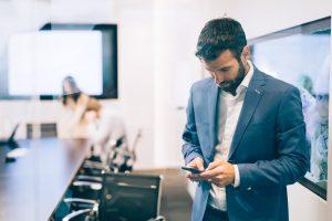 Telefon-Knigge: Wenn der wichtige Anruf während eines Gespräches kommt