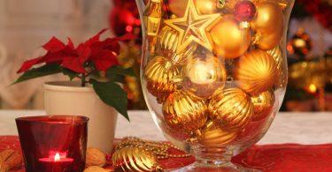 Adventsdekoration mit Glas, Kugeln und Lichterkette