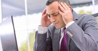 Kopfschmerzen am Arbeitsplatz: So helfen Sie sich!