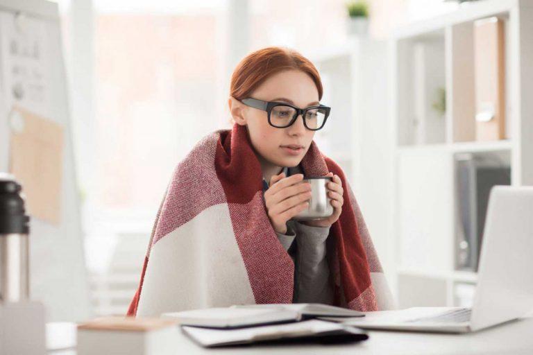 Schnelltipp: 7 Ursachen für kalte Hände im Büro
