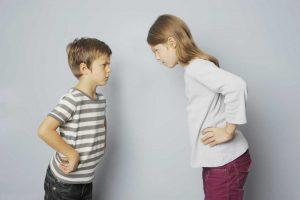 So greifen Sie bei einem Geschwisterstreit ein