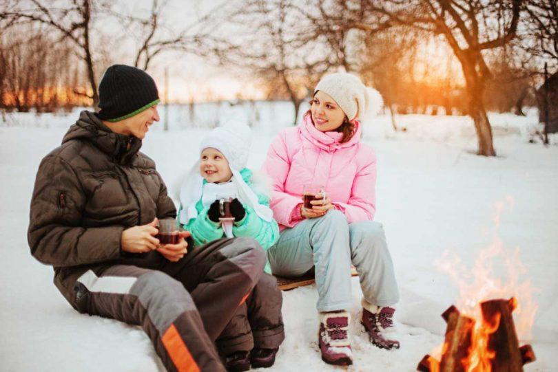 Mit Kindern ein lustiges Picknick im Schnee veranstalten