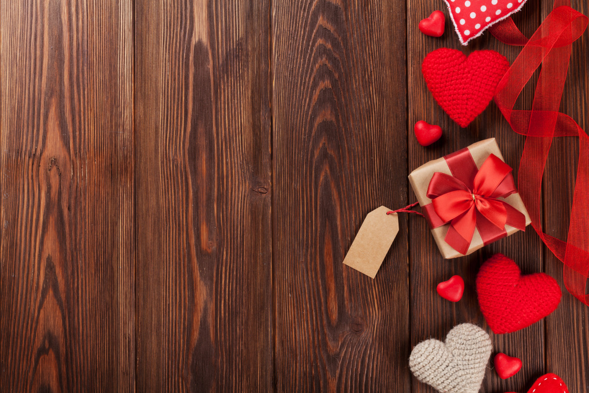 Valentinstag: Romantische Stimmung mit Lichtern und Herzen erzeugen