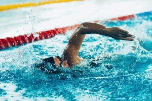 Schwimmen gegen Rückenschmerzen – Welche Technik ist die beste?