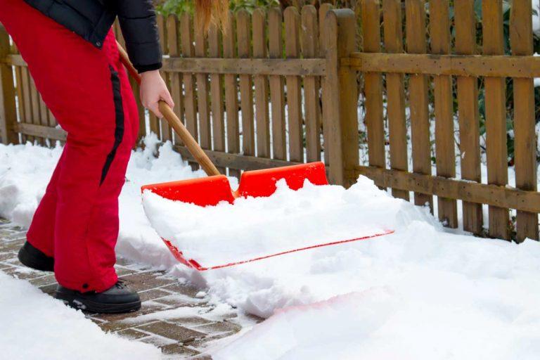 Vorsicht vor Schneeschippen und anderen körperlichen Belastungen im Winter