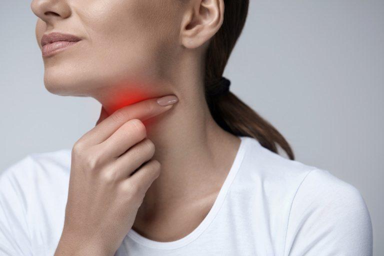 Das hilft bei Halsschmerzen – bewährte Hausmittel