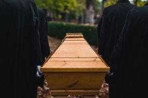 Wie formulieren Sie Trauerkarten für Familie, Freunde und Bekannte nach einem Todesfall?