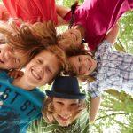 Lustige Spiele für draußen bringen Kinder in Schwung