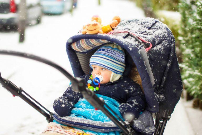 Spaziergang mit Babys: Welche Kleidung ist im Winter richtig?