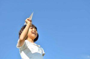 Mit Kindern klassische Papierflieger basteln