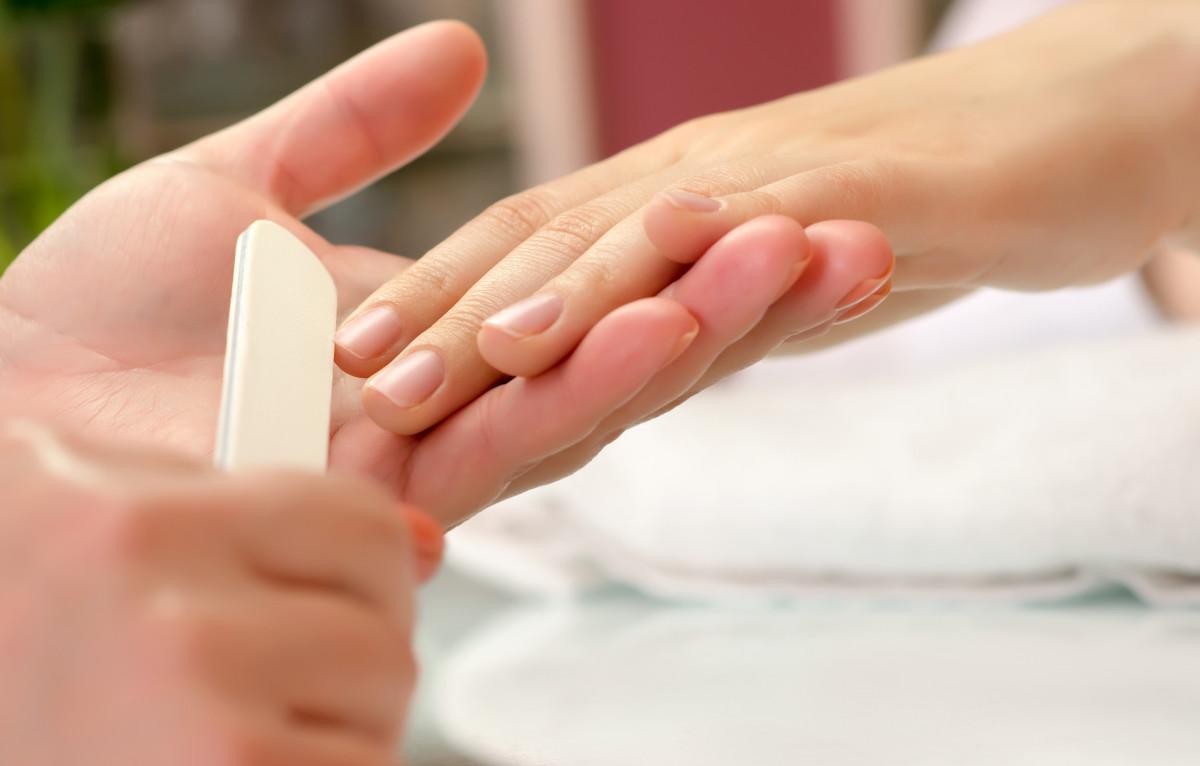 Notfallrettung und Vorbeugemaßnahmen bei verfärbten Fingernägeln