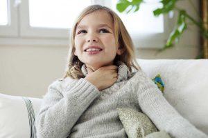 Mit Hausmitteln Halsschmerzen bei Kindern lindern