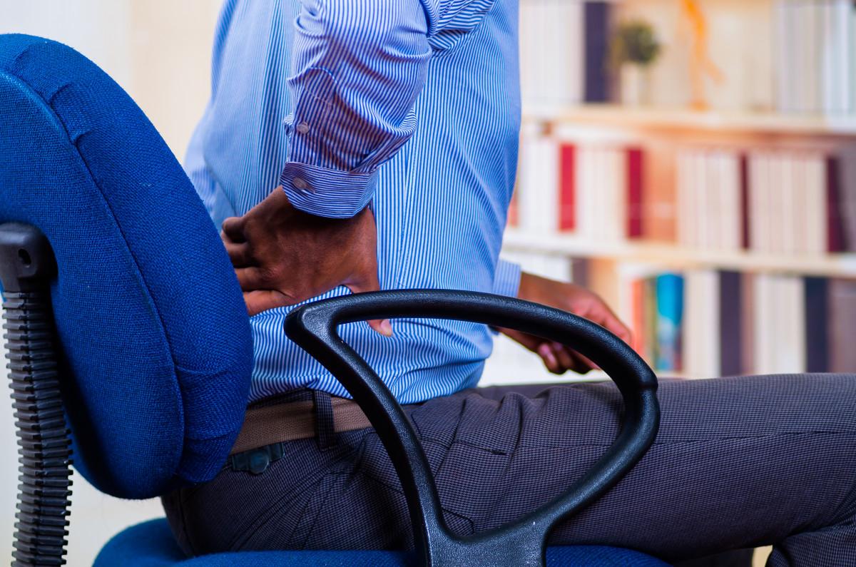 Warum aufrechtes Sitzen Rückenschmerzen verursachen kann