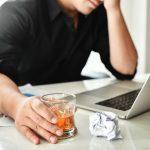 Alkohol im Job: So gehen Sie mit suchtkranken Kollegen um