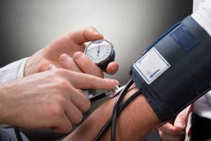Warum man im Winter häufiger den Blutdruck messen sollte