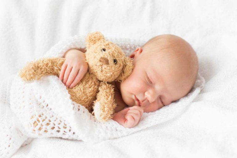 Nestchen, Plüschtier, Spieluhr – Was gehört ins Bett von Neugeborenen?