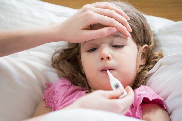 Fieberndes Kind - Wann müssen Sie zum Arzt?