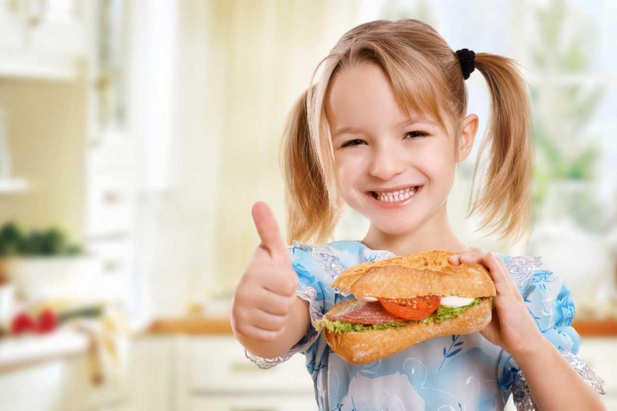 Kinder lieben ihr Frühstück lecker und bunt