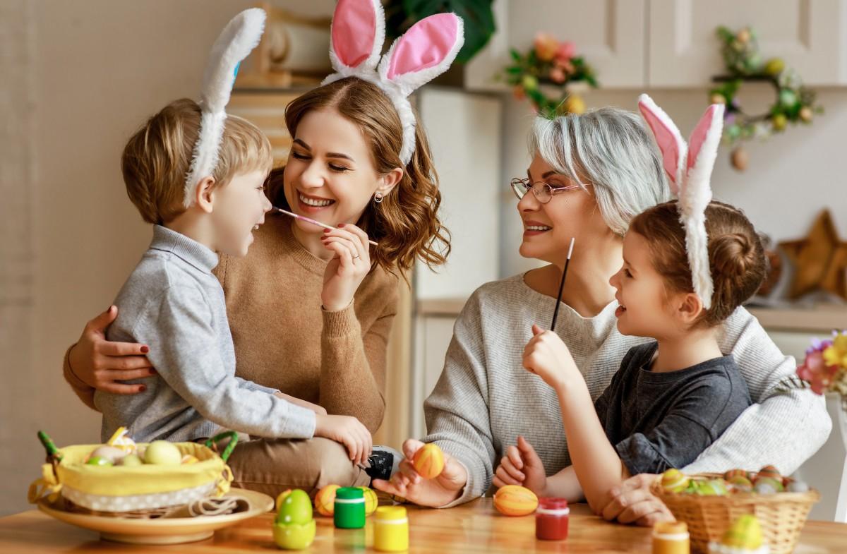 Eierbecher selbst basteln mit Kindern: Osterdeko oder Geschenkidee