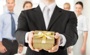 Kleine Geschenke erhalten die Freundschaft: Was Sie Ihren Kollegen schenken könnten