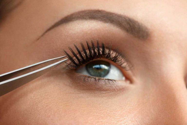 Mit falschen Wimpern zum schönen Augenaufschlag