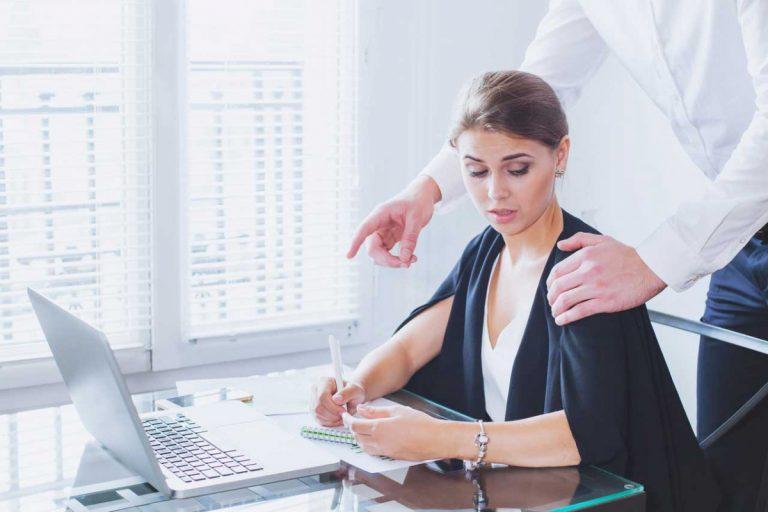 Belästigung am Arbeitsplatz: So erkennen Sie erste Zeichen