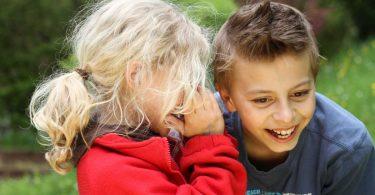 Kinder lieben lustige Sprachspiele