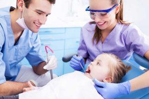 Wann Sie mit Ihrem Kind zum ersten Mal zum Zahnarzt gehen sollten