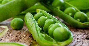 Knackige Frühlingssalate: Rezept für Spinatsalat mit Erbsen und Minze