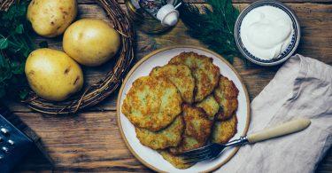 Leichte Küche: Rezept für Kartoffelpuffer mit Minze und Ingwer-Öl