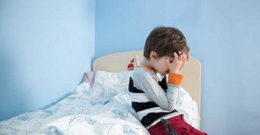 Schulkind macht immer noch ins Bett: So verhalten Sie sich richtig