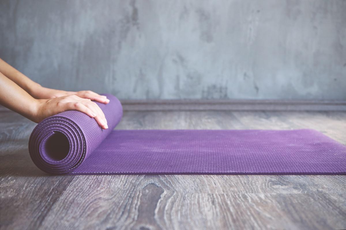 Welche Yoga Hilfsmittel sollte man zu Hause haben?