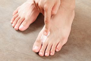 Wie kann man Fußpilz bekämpfen?