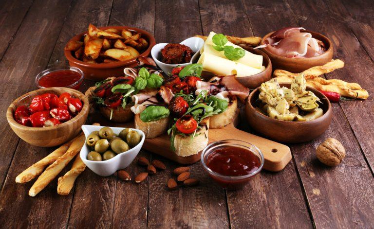 Antipasti mit Zucchini, Paprika und Champignons