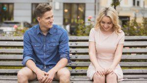Wie Sie beim Flirten Kontakt mit anderen aufnehmen