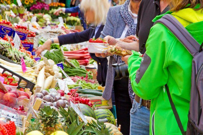 Auf einem italienischen Markt einkaufen