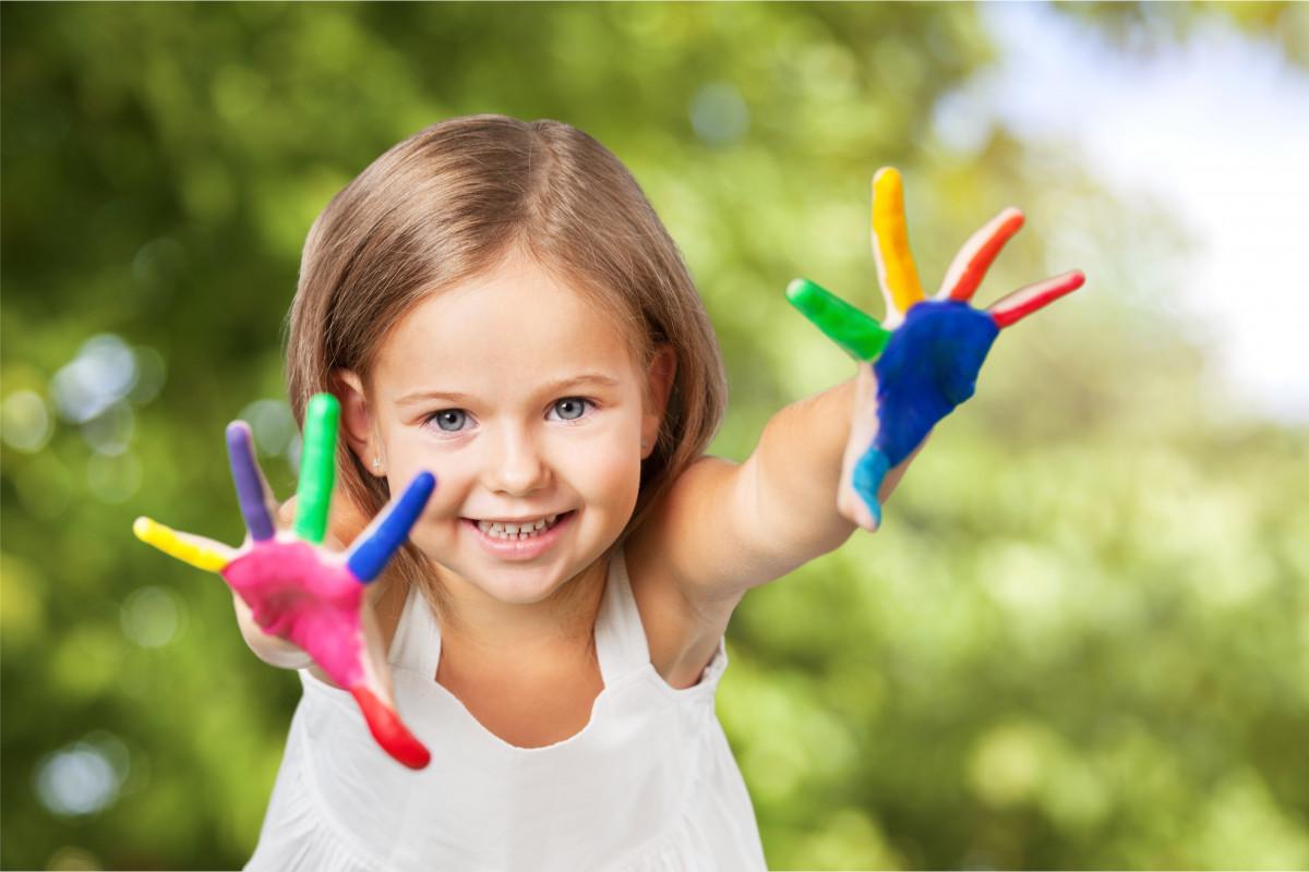 Basteln mit Kleinkindern: Farben selber machen