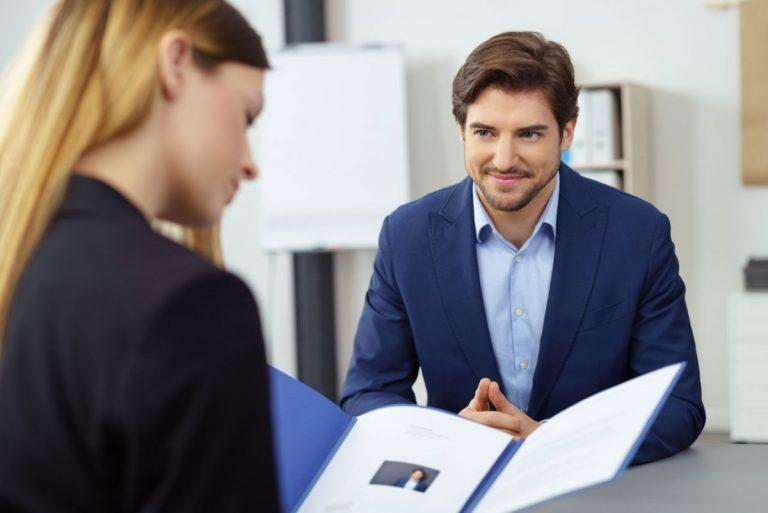 Wie Arbeitgeber ein gutes Arbeitszeugnis häufig relativieren