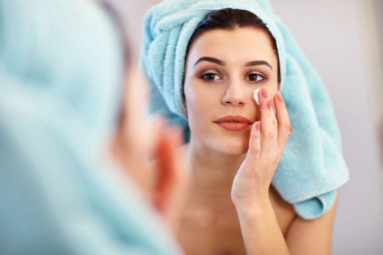 Mit AHA- und BHA-Cremes gegen unreine Haut