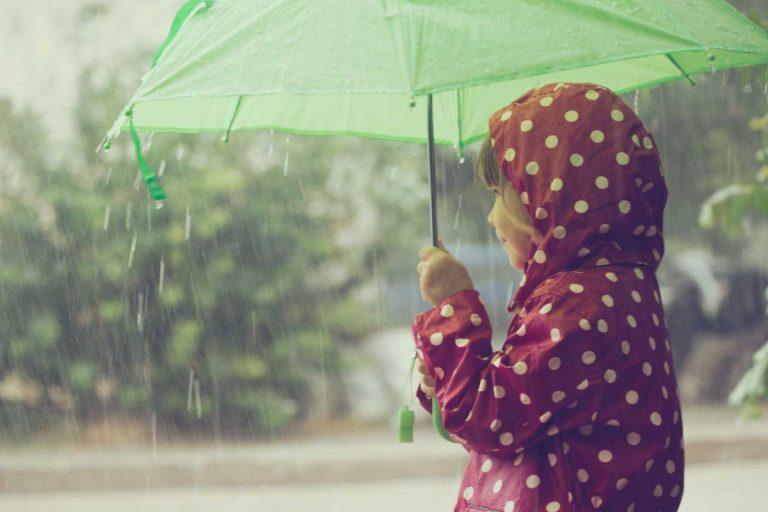 Wie kann man Kleinkinder bei Regen beschäftigen?