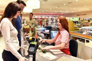 Arbeitsschutz an der Supermarktkasse und Kassenarbeitsplatz