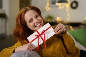 Geschenkgutschein für Kleidung witzig präsentiert