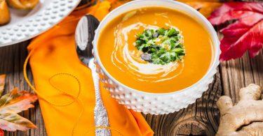 Herbstrezept für Kürbissuppe mit Orangen und Ingwerchips