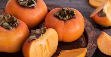 Leckere Winterdesserts: Rezept für Olivenöleis mit Kakifrucht-Salat